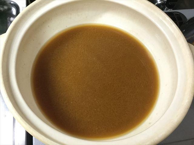 マルサン「みそちゃんこ鍋スープ」を鍋に入れた様子